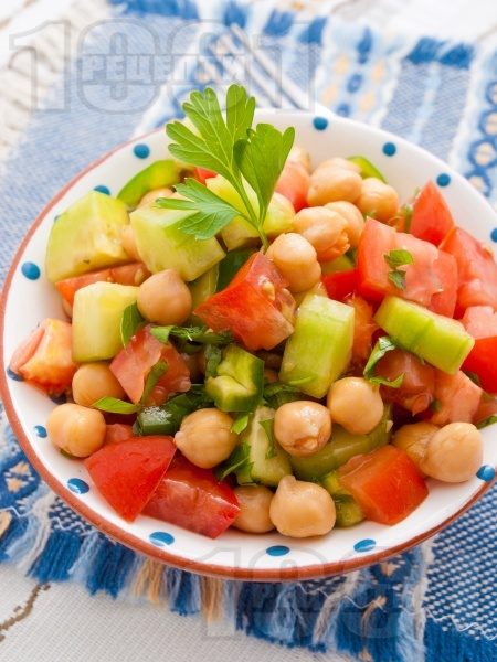 Лесна салата с нахут от консерва, домати, краставици и зелени чушки - снимка на рецептата